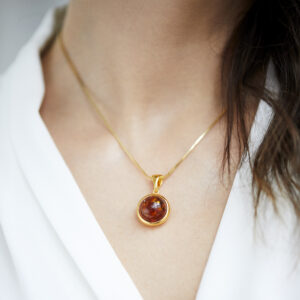 Gold plated round necklace with cognac amber