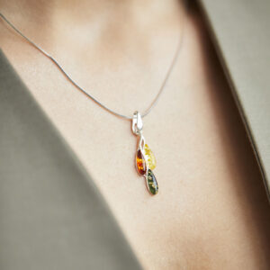 Little multicolor amber pendant set in silver